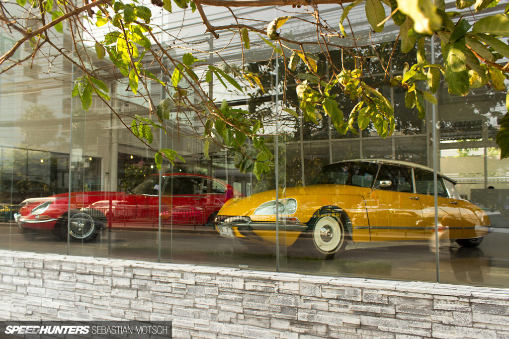 Citroen-DS-Jaguar-E-Type-in-Bangkok-Thailand-by-Sebastian-Motsch 1280px