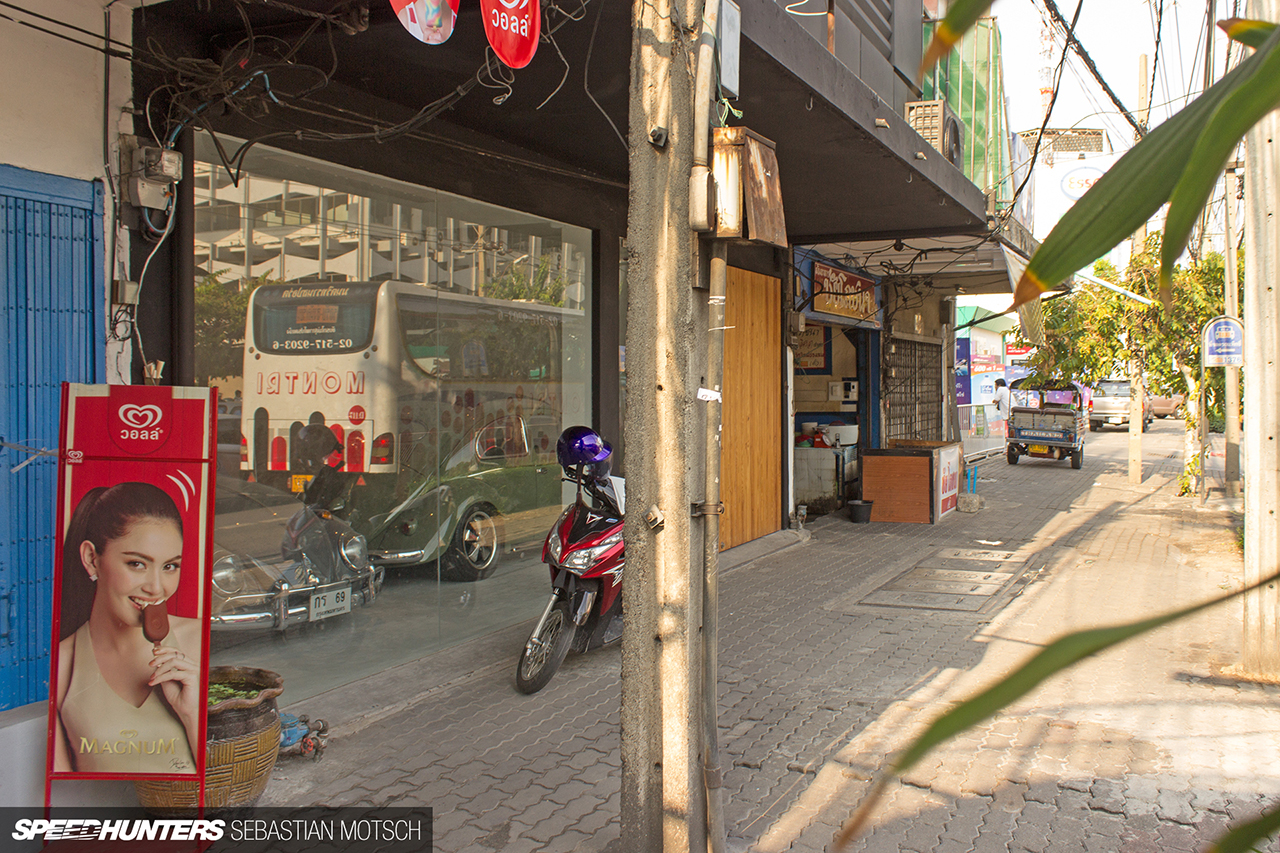 Volkswagen-Beetles-in-Bangkok-Thailand-by-Sebastian-Motsch-01 1280px